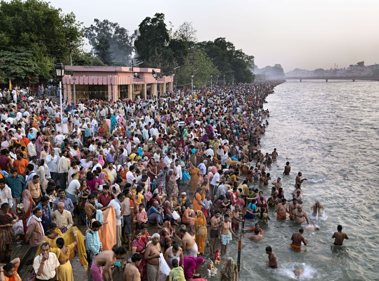 End of day bathing at royal bath day, Kumbh Mela 2010