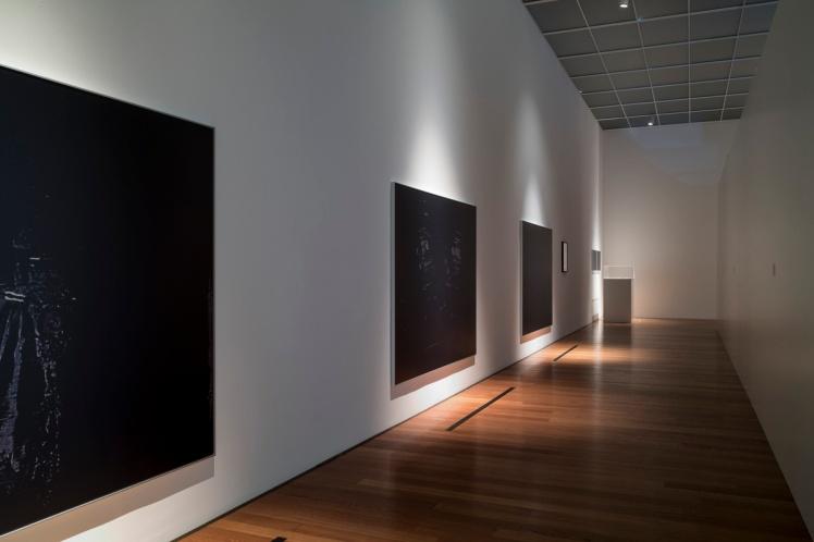 Die Ausstellungsräume des Kirchner Museums am Montag (21.11.16) in Davos. Die Sonderausstellung zeigt Werke vom deutschen Konzeptkünstler Mischa Kuball (*1959). Foto: Stephan Bösch